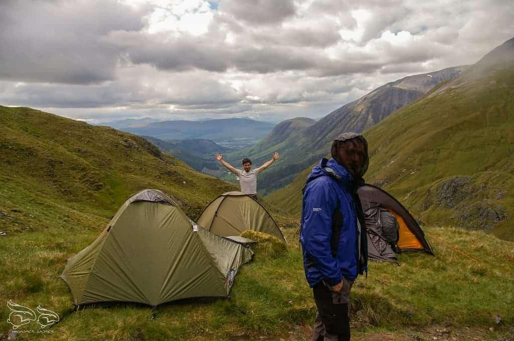 Spanie na dziko pod namiotem