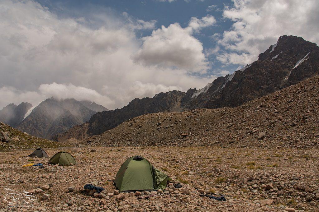 spanie pod namiotem w górach