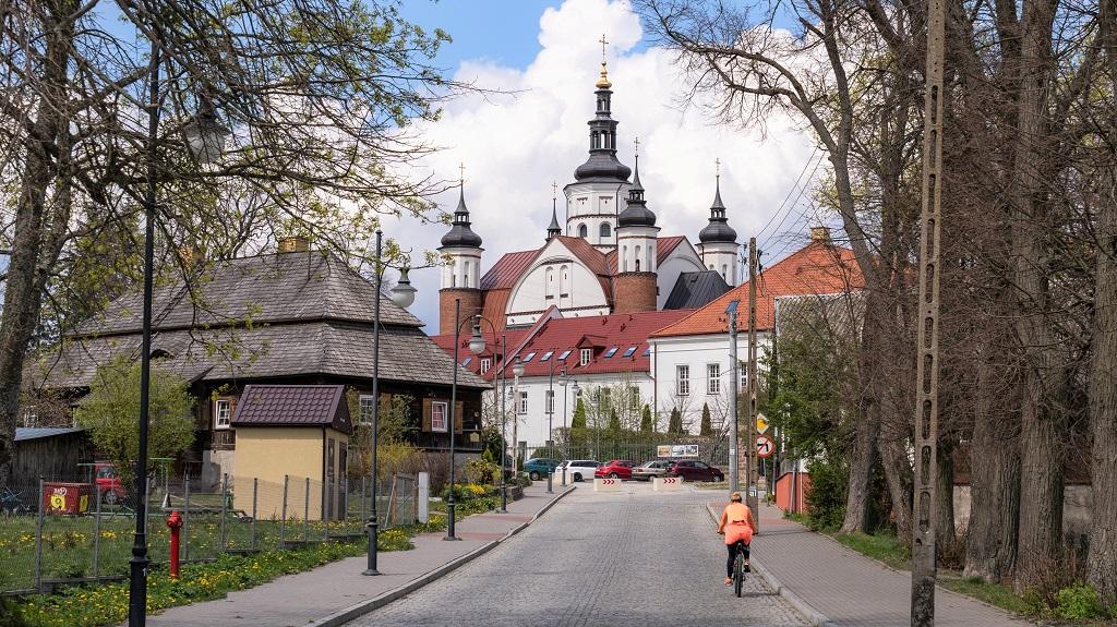 Klasztor oraz Dom Ogrodnika czyli Stara Poczta po lewej