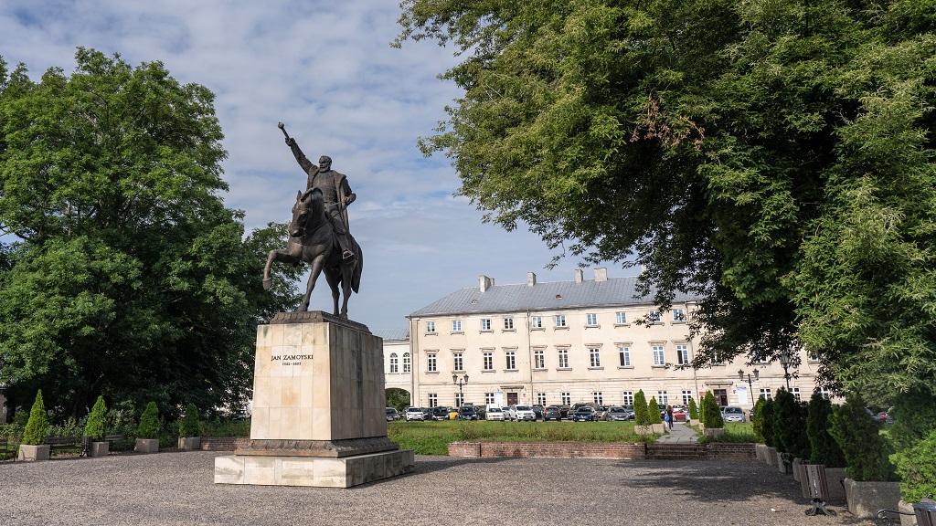 pomnik zamoyskiego oraz palac